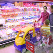Family in food shop - 图库照片