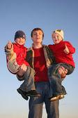 Pai com crianças dedo ok — Foto Stock
