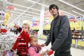 Father with children in shop — Stockfoto