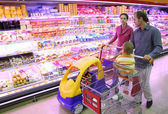 Rodina v prodejně potravin — Stock fotografie