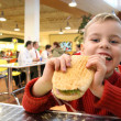 Child eat burger - Foto Stock