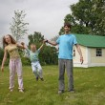 Family in yard — Stock Photo