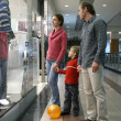 Family and shop window - Foto Stock