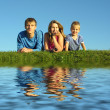 Family on herb under blue sky — Foto de Stock