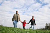 Rodina. tráva. mrak. — Stock fotografie
