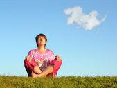 Kvinna meditation med moln — Stockfoto