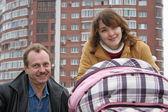 Семья с ребенком и здания — Стоковое фото