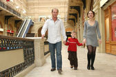 Rodinné procházky v obchodě — Stock fotografie
