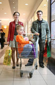 Family with children in shop — Stockfoto
