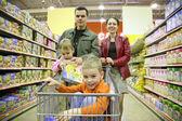 Rodina v obchodě — Stock fotografie