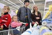 Rodina nakupovat výkon — Stock fotografie