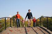 Família de quatro na ponte — Fotografia Stock