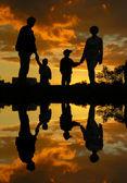 Aile dört gün batımı 2 ve su — Stok fotoğraf