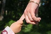 Mother's and baby's hands in park — Stock Photo