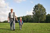 Grootvader en jongen wandelen — Stockfoto