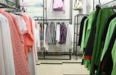 Vêtements en boutique — Photo