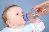 Baby drink water — Stockfoto