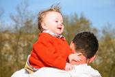 宝宝在父亲的肩上 — 图库照片