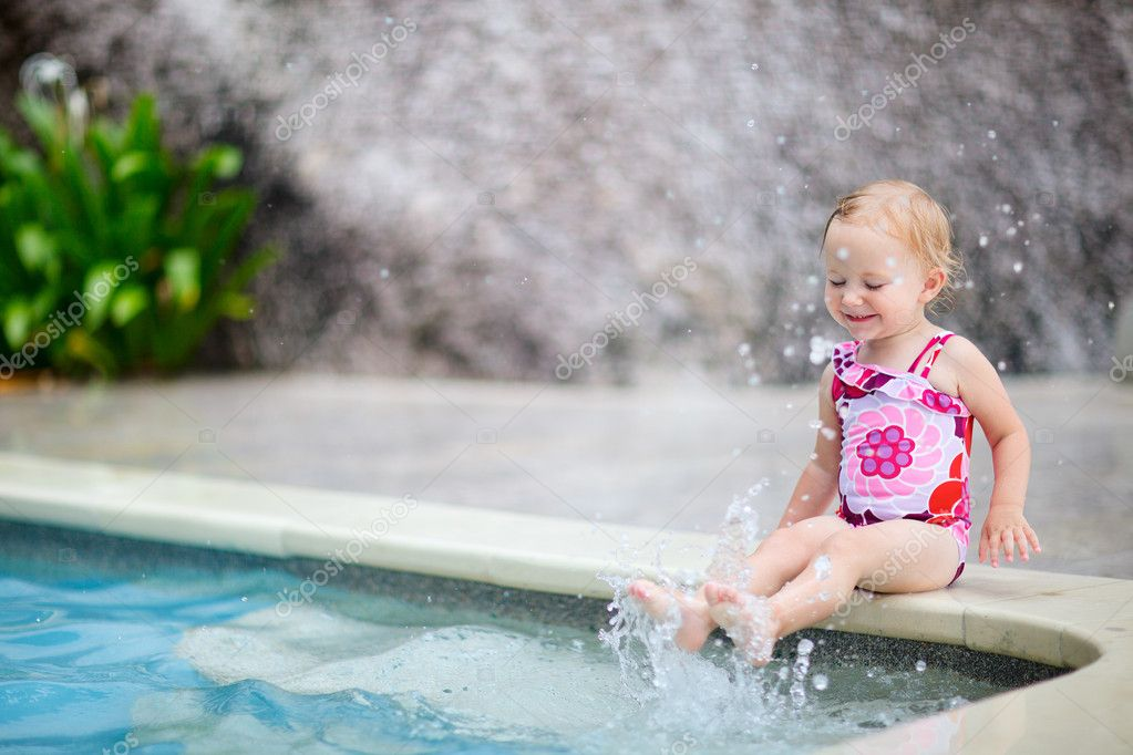 Cute toddler girl playing in swimming pool — Stock Photo #3587448