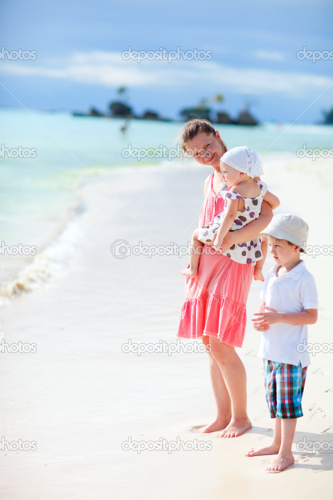 Young mother with her two kids on tropical beach vacation — Stock Photo #3593419