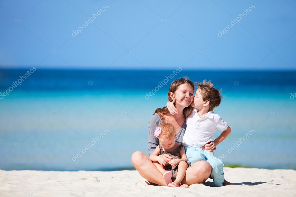 Young mother with her two kids on tropical beach vacation — Stock Photo #3593635