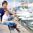 Father and son at marina in city center — Stock fotografie