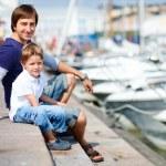 vader en zoon bij jachthaven in het centrum — Stockfoto