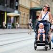 familie wandelen in het centrum van de stad — Stockfoto