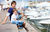 Father and son at marina in city center — Stockfoto