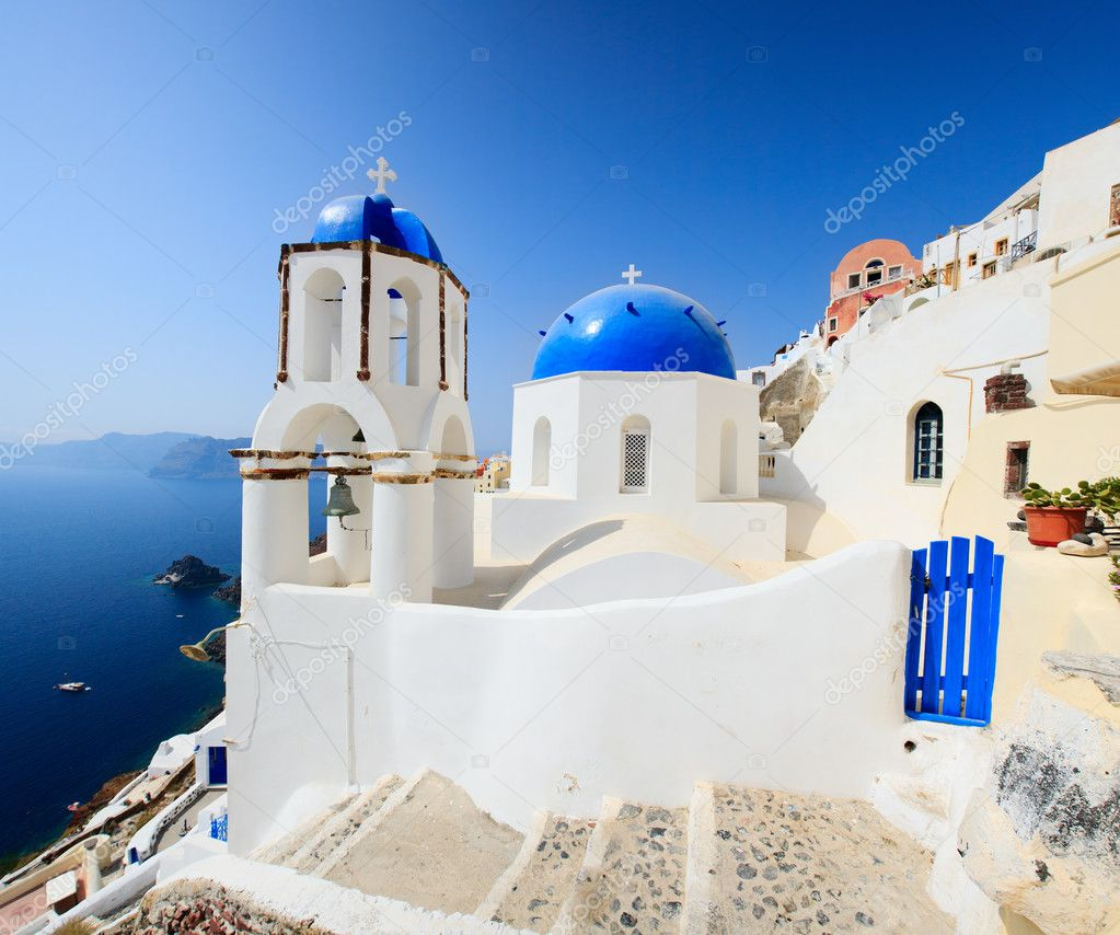 Classical greek style church in traditional white and blue Oia village in Santorini  — Stock fotografie #3658765