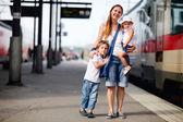 Madre y dos hijos esperando tren — Foto de Stock