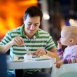 Foto Stock: Father and daughter in cafe