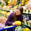 Family in supermarket - Stockfoto