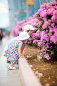 Two kids outdoor in city at summer day — Foto Stock