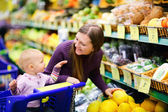 Family buying fruits in supermarket — Stock Photo