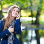 attraente giovane donna con cellulare — Foto Stock