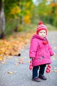 蹒跚学步的女孩户外秋季的一天 — 图库照片
