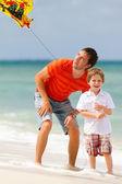 Far och son flyger drake tillsammans — Stockfoto