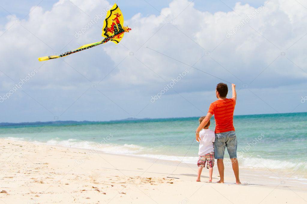 父亲和儿子在海滩上放风筝
