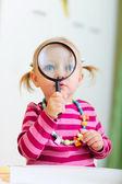 Garota da criança brincando com lupa — Fotografia Stock