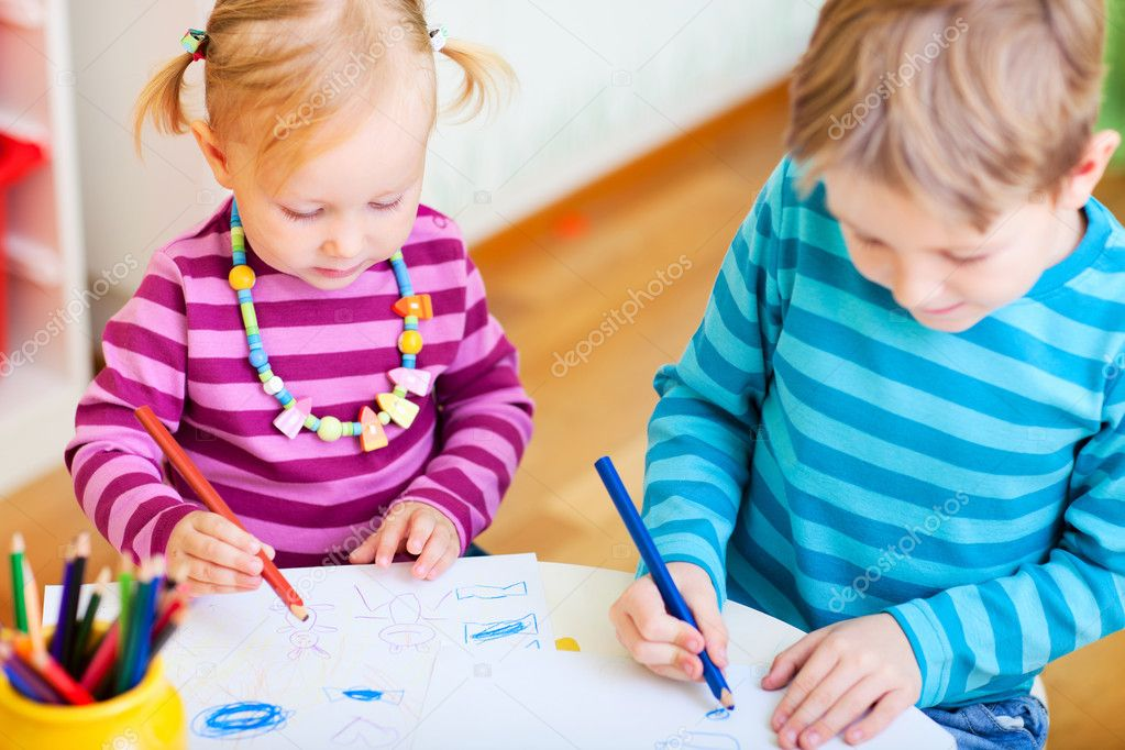 Brother and little sister drawing with coloring pencils in their room — Stock Photo #3903960