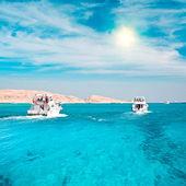 Mercan kayalığı yakın yatlar — Stok fotoğraf