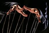 Serie concettuale: le mani del burattinaio con corda — Foto Stock