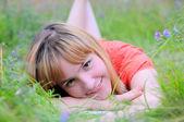 Giovane donna sorridente — Foto Stock