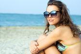 Bella donna rilassante sulla spiaggia — Foto Stock