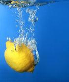 Limón fresco se ha caído al agua con spla — Foto de Stock