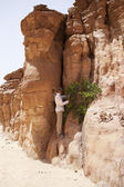 Tourist in the Colored Canyon. Mountains of Sinai. Egypt. — Stock Photo
