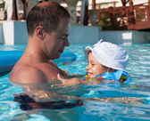 Dad with his daughter in the pool — Stockfoto