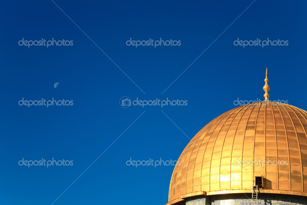 Dome of the Rock gold cupola on the background of bright blue sky — Stock Photo #3148182