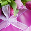 Pink tulips and gift box — 图库照片